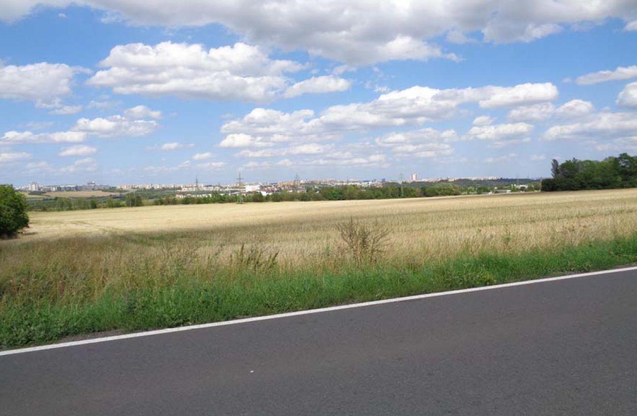 Pohled v trase obchvatu Ořechu severovýchodním směrem z ulice Zbuzanská. Pramen: Ořech/dokumentace EIA