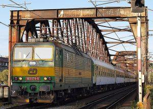 Lokomotiva 163.074 (peršing) projíždí v roce 2001 přes železniční most v Praze. Autor: Honza Groh (Jagro) – Vlastní dílo, CC BY-SA 3.0, https://commons.wikimedia.org/w/index.php?curid=8352880