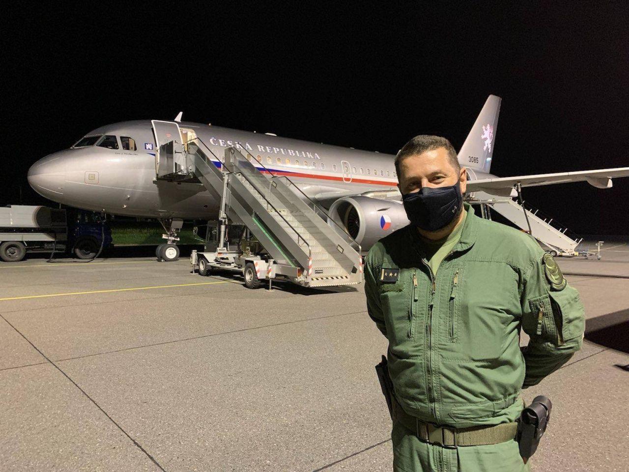 Pilot AČR před armádním A319. Foto: Armáda ČR