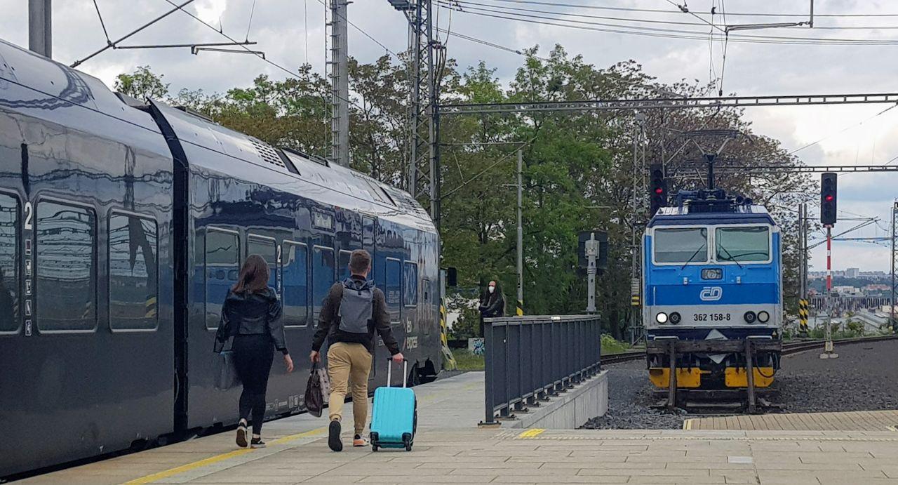 Cestující na pražském hlavním nádraží. Foto: Jan Sůra / Zdopravy.cz
