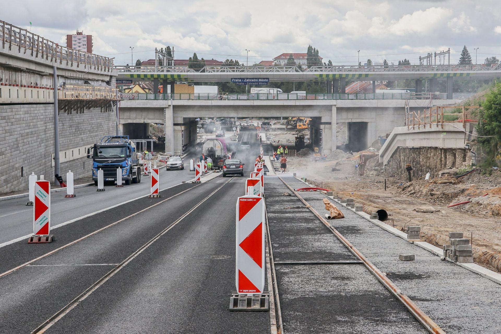 Průběžná ulice na Zahradním Městě se vozidlům otevřela 23. srpna. Pramen: Správa železnic