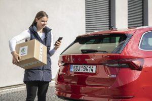 Dodání balíku do kufru auta. Foto: Škoda Auto