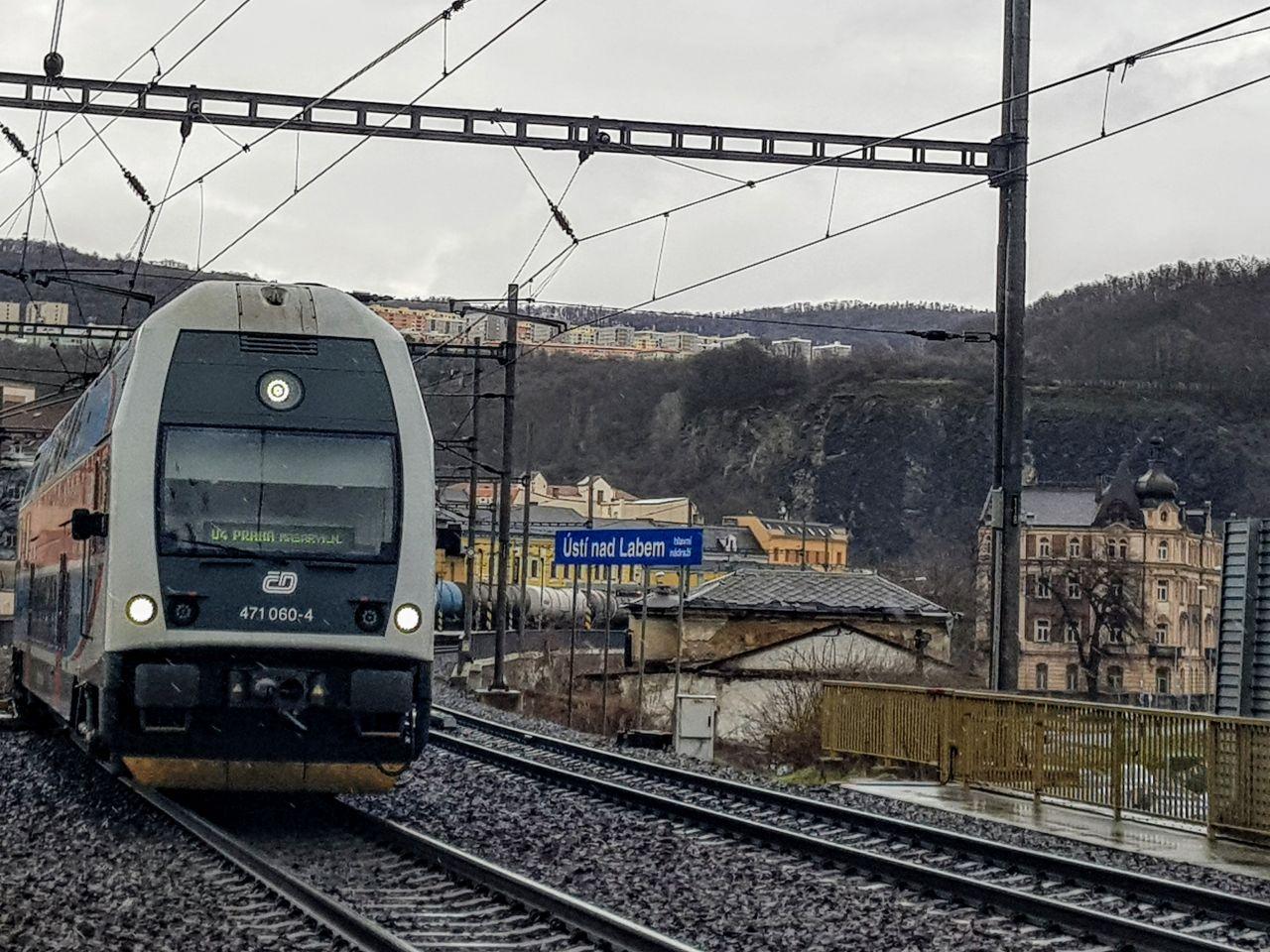 Osobní vlak na trati z Ústí nad Labem do Lovosic. Foto: Jan Sůra / Zdopravy.cz