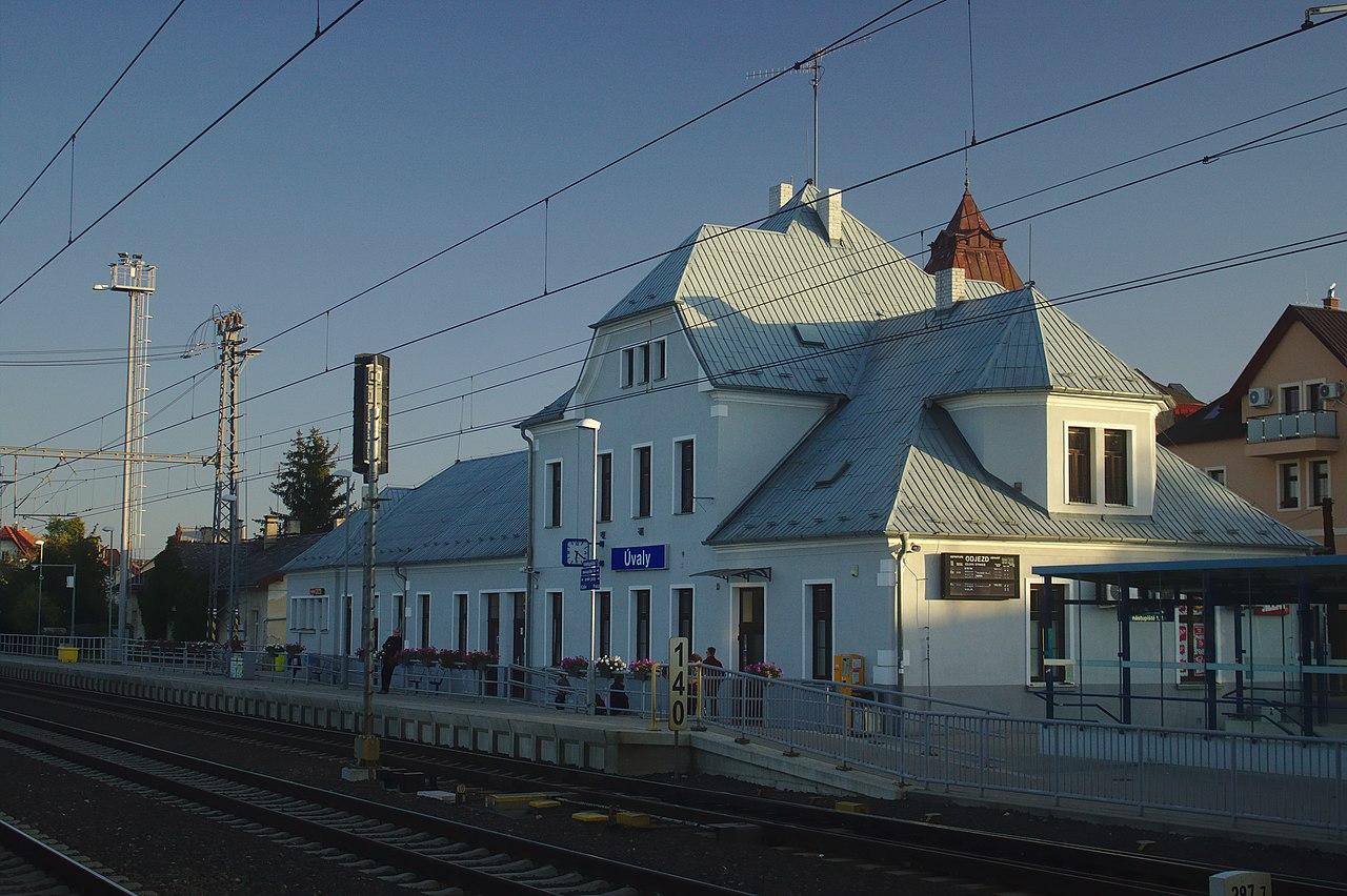 Nádražní budova Úvaly. Autor: CC BY-SA 4.0, https://commons.wikimedia.org/w/index.php?curid=82414545