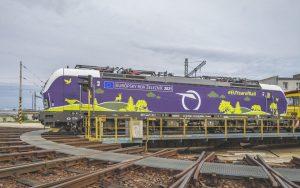 Lokomotiva Siemens Vectron 383.110 v polepu připomínající Evropský rok železnice. Foto: Matúš Vavrek / ZSSK