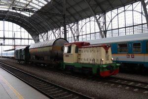Pro různé výluky byla trasa vlaku zachraňující cisternu vedena přes pražské hlavní nádraží.Tam mezi nahodilými cestujícími vzbuzoval vlak nemalý a zasloužený zájem. Foto: Výtopna Zdice