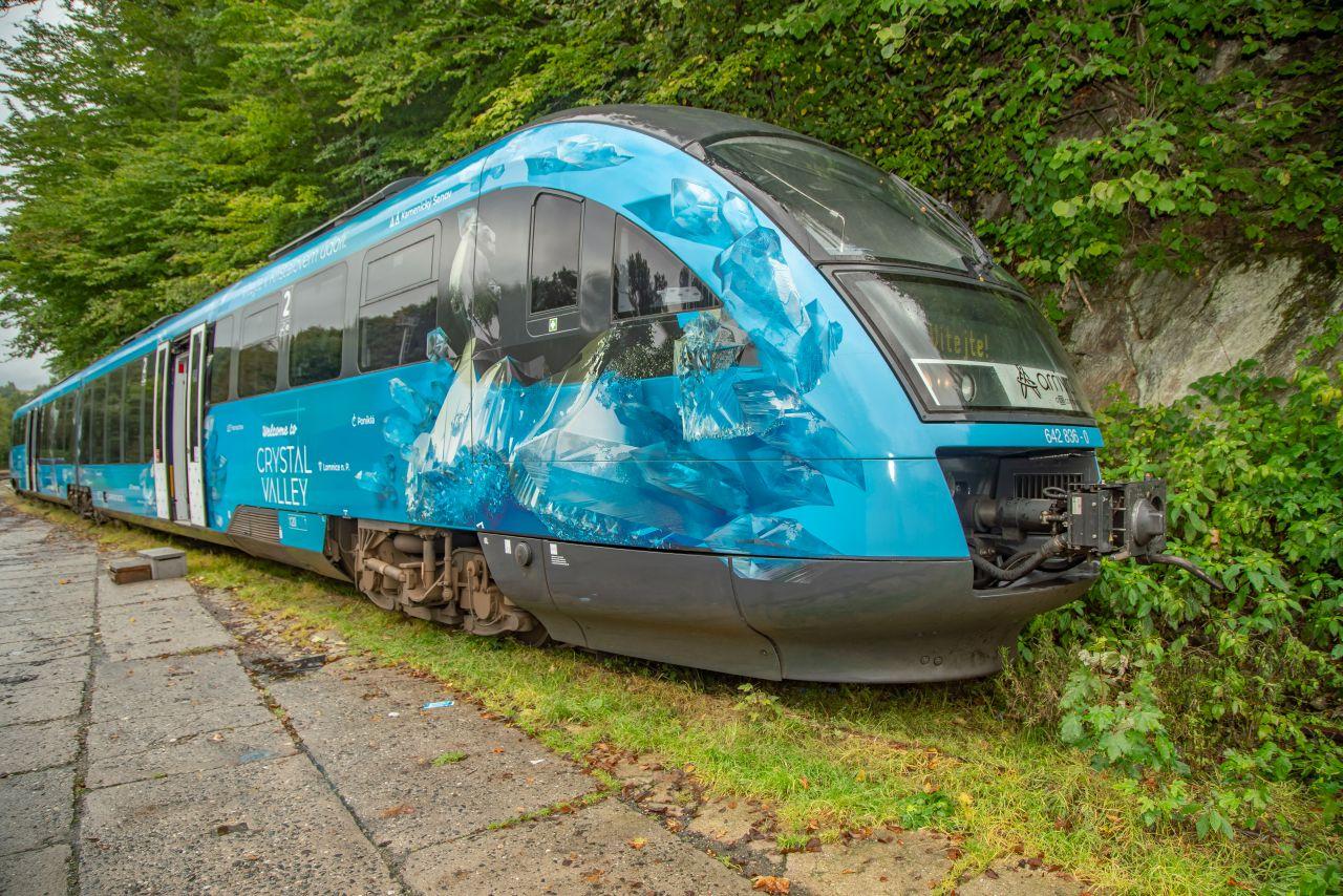 Jednotka Siemens Desiro v polepu Křišťálového údolí. Foto: Matyáš Gál
