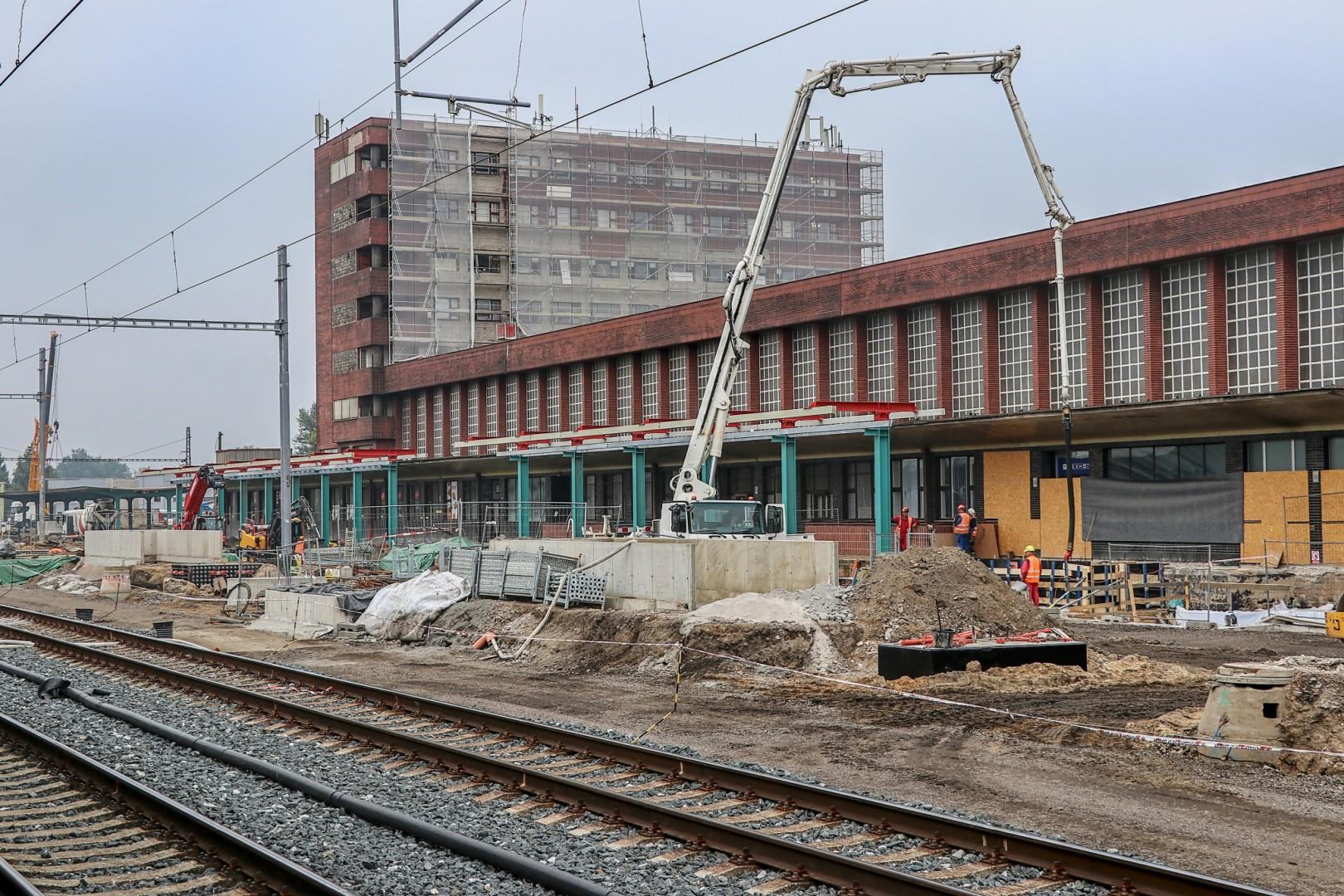 Pardubice hl. n., září 2021 - probíhá rekonstrukce prvního a druhého nástupiště. Pramen: Správa železnic