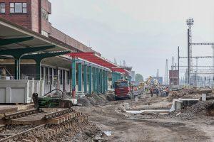 Pardubice hl. n., září 2021 - na prvním nástupišti se staví konstrukce nového zastřešení. Pramen: Správa železnic