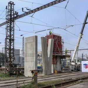 Pardubice hl. n., září 2021. Uprostřed pilíř budoucí lávky, vlevo opěra eskalátorů, vpravo se staví výtahová šachta. Pramen: Správa železnic
