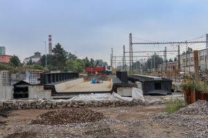 Pardubice hl. n., září 2021 - nový jednokolejný most přes ulici Jana Palacha. Pramen: Správa železnic