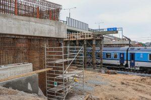Pardubice hl. n., září 2021 - práce na opěrách mostu, který přes koridor převádí trať z Chrudimi do Pardubic-Rosic nad Labem. Pramen: Správa železnic