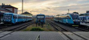Jednotky 845 a 628 společnosti Arriva vlaky v Turnově. Foto: Jan Sůra / Zdopravy.cz