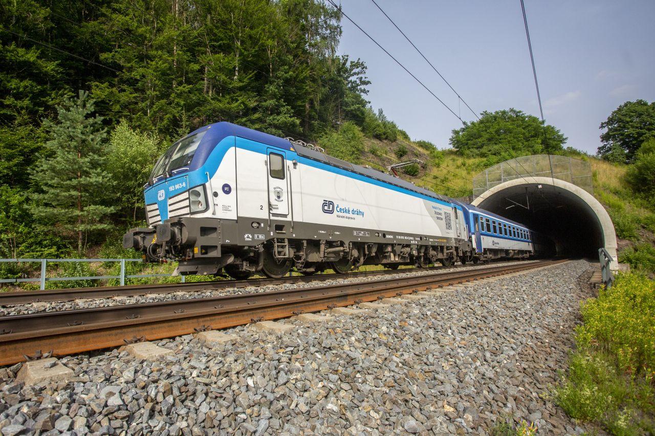 Lokomotiva Siemens Vectron v čele Slováckého expresu u Hoštejna. Foto: České dráhy