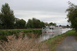 Vraňansko-hořínský kanál a loď Florentina. Pramen: ŘVC