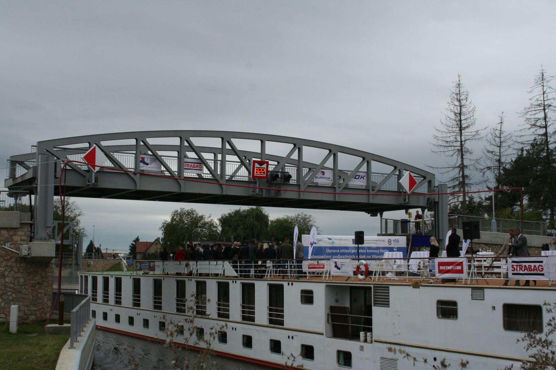 Vraňansko-hořínský kanál, zdvižný silniční most, Lužec. Pramen: ŘVC