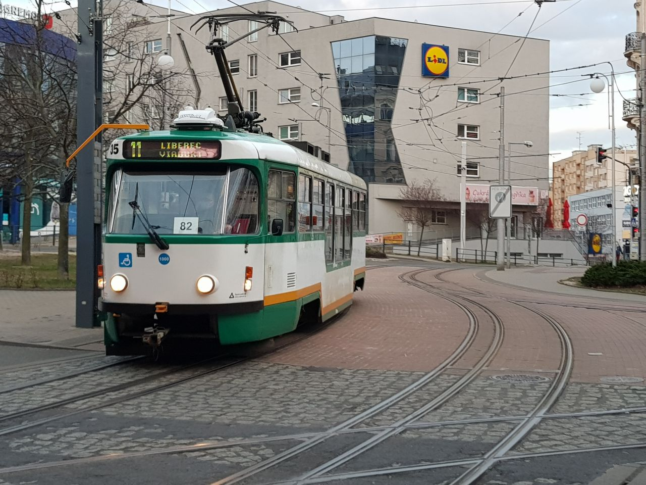 Tramvaj z Vratislavic přejela Lípovou ulici v centru Liberce (přechod na pravé straně). Foto: Jan Sůra / Zdopravy.cz