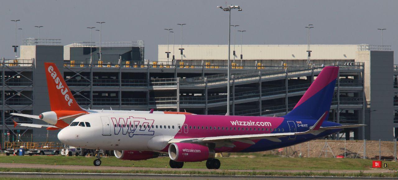Airbusy společností Wizz Air a easyJet na letišti Luton. Foto: Steve Knight / Flickr.com