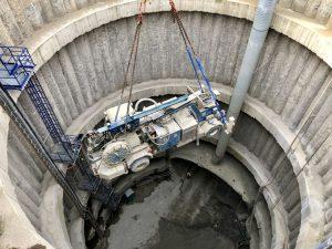 Přeprava soupravy na stříkání betonu do průzkumného díla, pohled směrem ke dnu 36 metrů hluboké těžební šachty v lokalitě VO-OL. Foto: Daniel Šabík / DPP