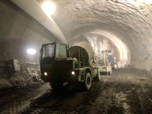 Rozšiřování průzkumné štoly v lokalitě VO-OL z polovičního profilu na plný v místě pod pravým traťovým tunelem stávající linky metra C. V popředí souprava na stříkání betonu. Foto: Daniel Šabík /DPP