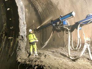 Aplikace stříkaného betonu v rámci zpevňovacích prací v místě po stávajících traťovým tunelem linky metra C. Foto: Daniel Šabík / DPP