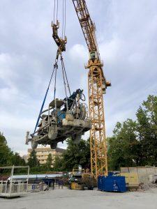 Jeřáb s největší nosností v ČR přesouvá soupravu na stříkání betonu do průzkumného díla. Hmotnost soupravy: cca 16 tun. Foto: Daniel Šabík / DPP