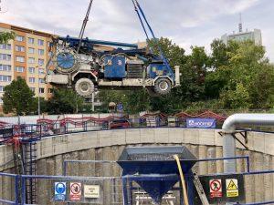 Souprava na stříkání betonu klesá do těžební šachty v lokalitě VO-OL. Foto: Daniel Šabík