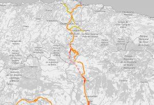Trasa nové vysokorychlostní trati (červená přerušovaná čára) Kantaberským pohořím. Foto: Open Railway Map