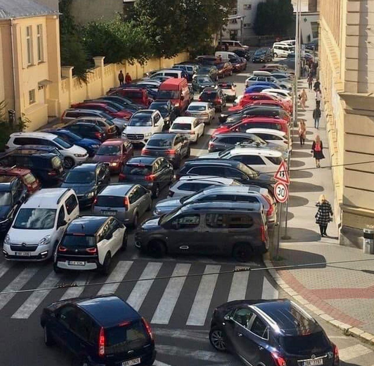 Situace 1. září 2021 před jednou z brněnských škol. Foto: Michal Doležel