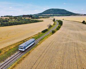 Motorový vůz 810 na trati Vraňany - Straškov. Foto: České dráhy