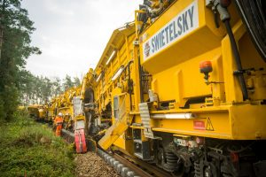 Stavební stroj RUS 1000 S. Pramen: Swietelsky Rail