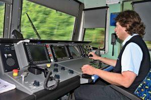 Strojvedoucí v lokomotivě 362 WTB. Ilustrační foto: Zdopravy.cz