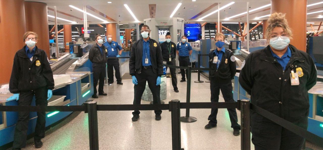 Kontrola cestujících na americkém letišti. Foto: TSA