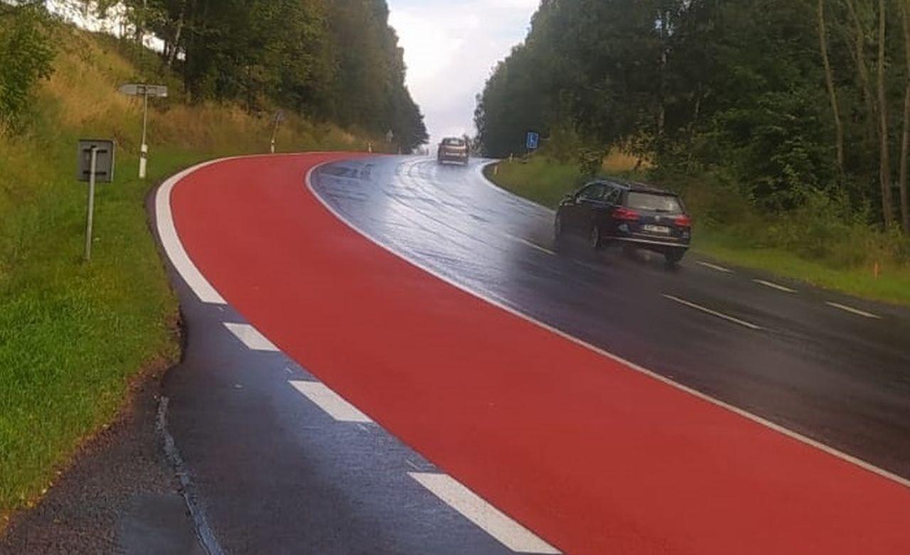 Úsek silnice I/6 u Karlových Varů, kde zmizí jeden jízdní pruh. Foto: ŘSD