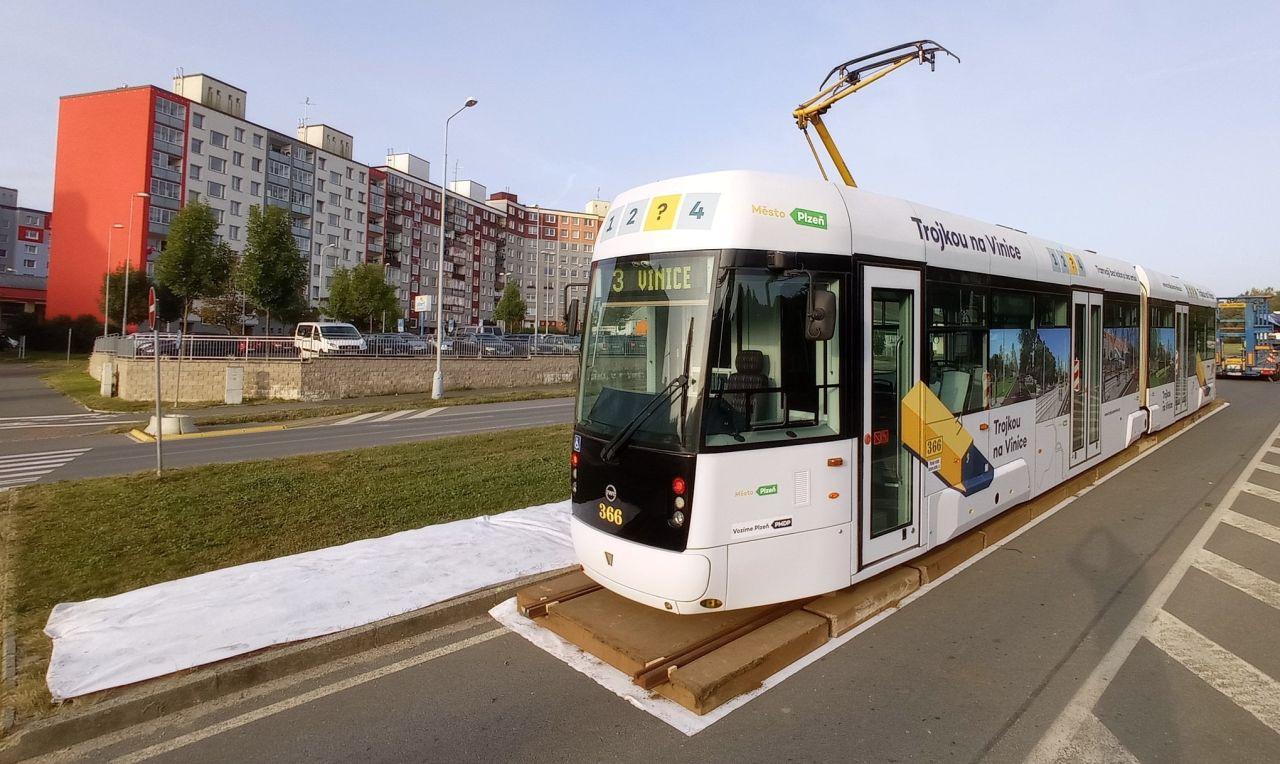 Tramvaj EVO2 v Plzni na sídlišti Vinice. Foto: Plzeň.eu