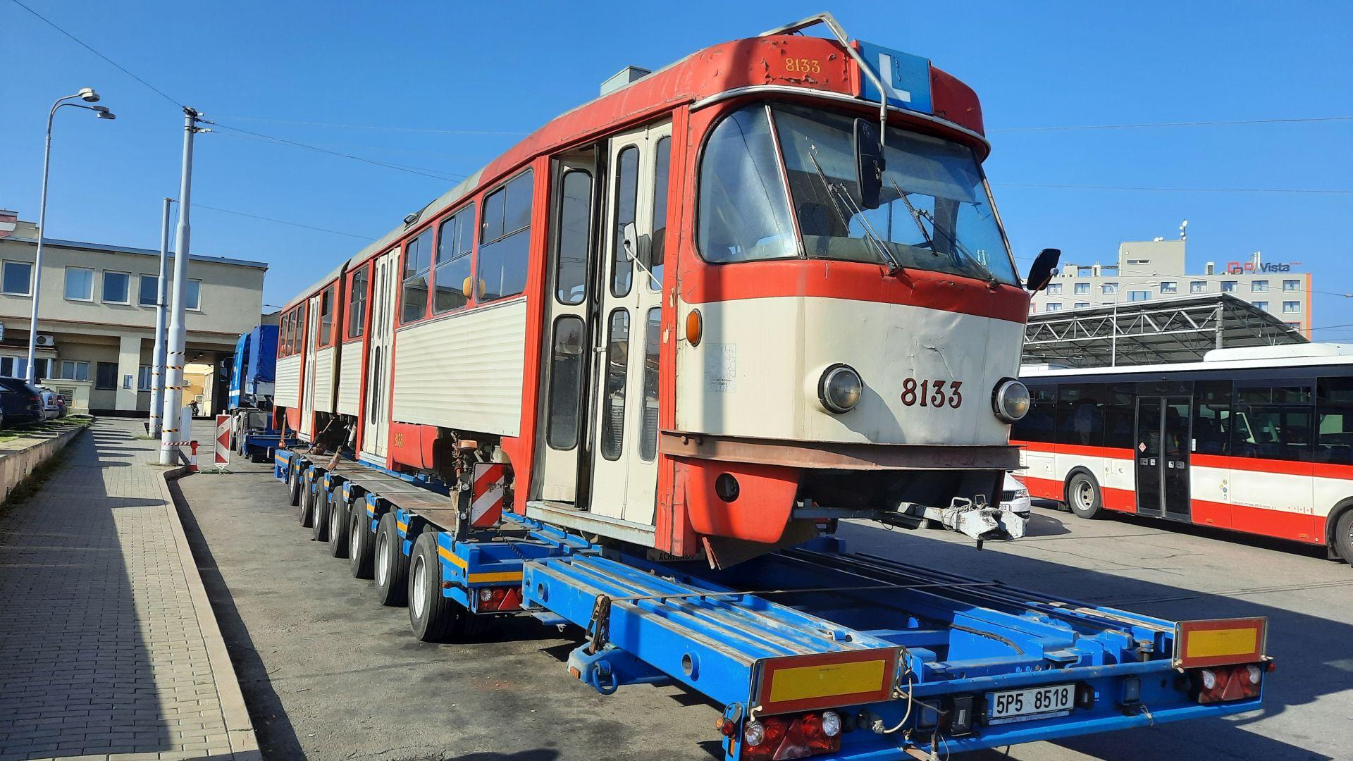 Tramvaj K2 během stěhování do dílen brněnského dopravního podniku. Pramen: DPMB