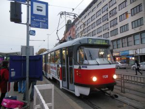 Brněnská tramvaj Tatra K2 v zastávce Hlavní nádraží. Foto: PatrikPaprika / Wikimedia Commons