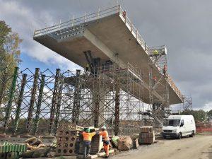 Snášení mostní konstrukce na obchvatu Havlíčkova Brodu. Foto: ŘSD