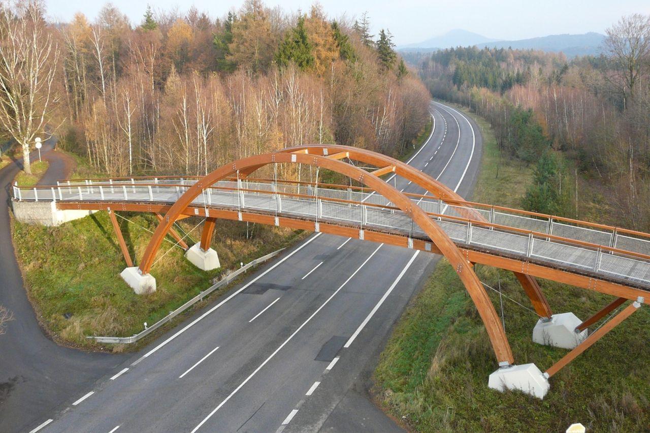 Lávka pro pěší přes silnici I/9 a I/13 u Nového Boru. Foto: Projektový ateliér Vaner