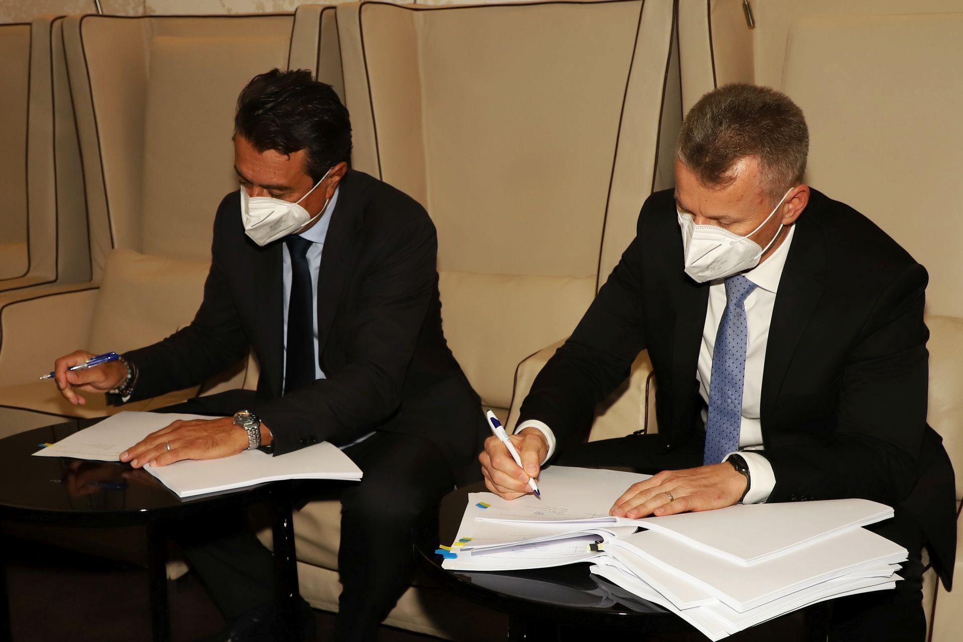 Jiří Pos (vlevo) podepisuje s bankéři úvěr na sedm miliard. Pramen: Letiště Praha